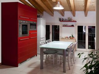 ROSSO CHE PASSIONE: Cucina in stile  di falegnameria Cortinovis Lorenzo dei f.lli Cortinovis Ivano e Maria s.n.c.