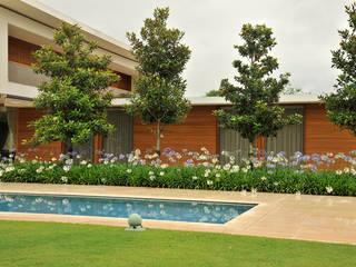 Residência VD Piscinas modernas por isis chaulon arquitetura Moderno