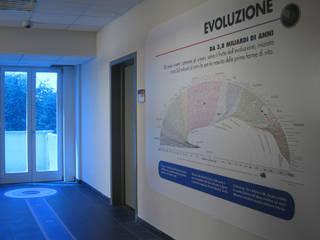 """""""La storia dell'Universo a colpo d'occhio"""", SISSA, Trieste: Musei in stile  di AMUSE Studio Associato"""