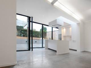 Sala da pranzo minimalista di planomatic Minimalista