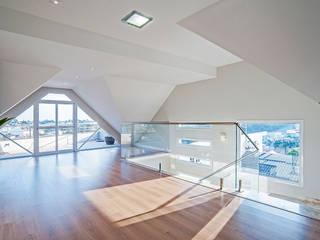 by Patrícia Azoni Arquitetura + Arte & Design Modern