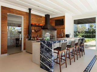 Espaço Gourmet com fogão à lenha e churrasqueira: Cozinhas  por aei arquitetura e interiores