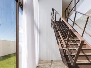 Joana França Nowoczesny korytarz, przedpokój i schody