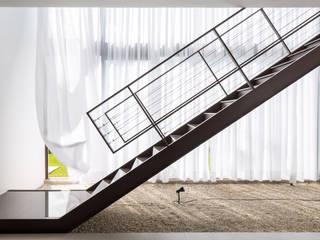 Joana França Pasillos, vestíbulos y escaleras de estilo moderno