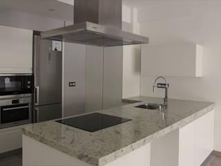 REFORMA INTERIOR EN GROS Cocinas de estilo moderno de AZ ARKITECTOS Moderno