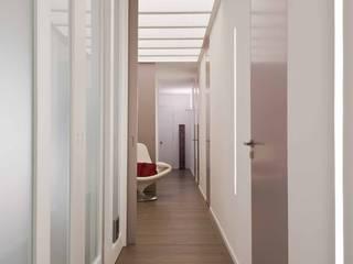 Couloir, entrée, escaliers minimalistes par architetto Lorella Casola Minimaliste