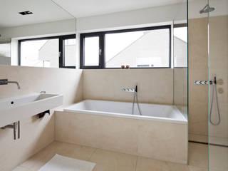 Wohnhaus Sürth Moderne Badezimmer von Corneille Uedingslohmann Architekten Modern