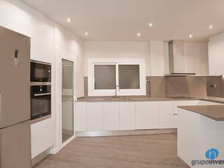 Reforma integral de piso en calle Padilla de Barcelona Cocinas de estilo moderno de Grupo Inventia Moderno