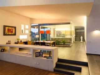 Tropical style corridor, hallway & stairs by PLANTA BAJA ESTUDIO DE ARQUITECTURA Tropical