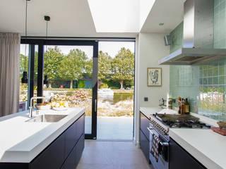 Modern Kitchen by ScanaBouw BV Modern