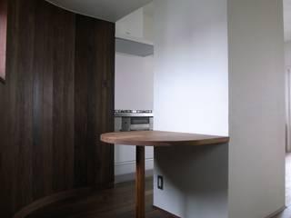ห้องทานข้าว โดย 濱嵜良実+株式会社 浜﨑工務店一級建築士事務所,