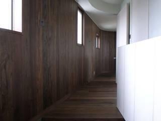 ระเบียงและโถงทางเดิน โดย 濱嵜良実+株式会社 浜﨑工務店一級建築士事務所,