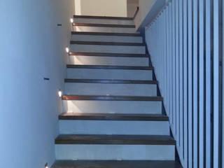 Neugestaltung des Treppenaufgangs:  Flur & Diele von Fa. RESANEO®