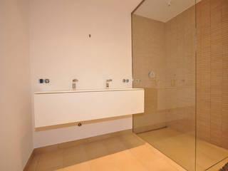 Moderne Wohlfühloase: moderne Badezimmer von Fa. RESANEO®
