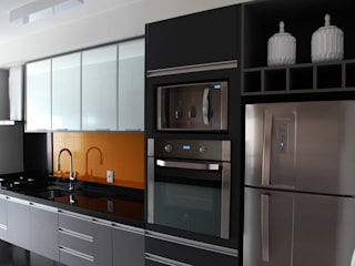 Suelen Kuss Arquitetura e Interiores Modern kitchen Glass Grey