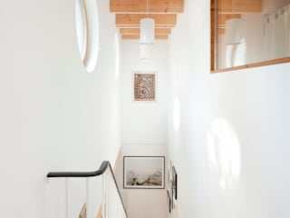 隨意取材風玄關、階梯與走廊 根據 Müllers Büro 隨意取材風