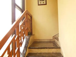 Corridor & hallway by Rita Mody Joshi & Associates