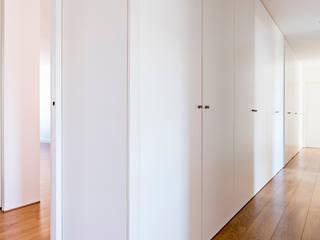 Remodelação AMH: Corredores e halls de entrada  por Ponto Cúbico