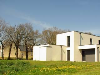 Construction d'une maison individuelle, Pleumeleuc, Ille-et-Vilaine: Maisons de style  par bAAt architecture