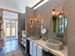 Luz Charming Houses _ Boutique Hotel: Casas de banho campestres por SegmentoPonto4