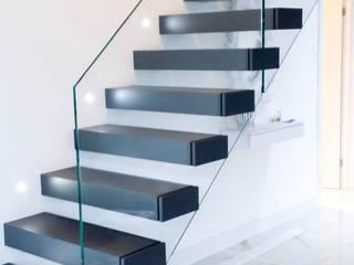 Floating tread staircase with frameless glass balustrade by Railing London Ltd Сучасний