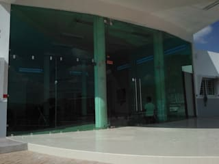 : Clínicas / Consultorios Médicos de estilo  por aluminio arquitectonico residencial