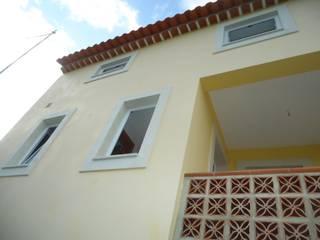 Atádega Sociedade de Construções, Lda Balcone, Veranda & Terrazza in stile rustico Giallo