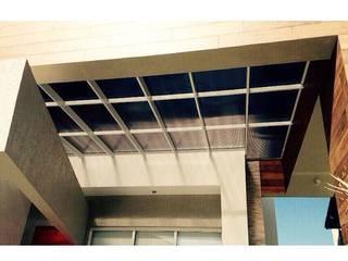 Cobertura translúcida -  Residência Ventura Club: Casas  por Marisol Réquia Arquitetura,