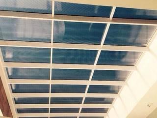 Cobertura translúcida -  Residência Ventura Club: Terraços  por Marisol Réquia Arquitetura,