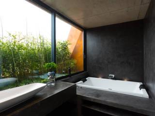 Ванные комнаты в . Автор – Atelier Data Lda,