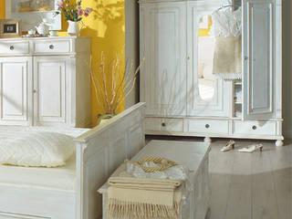 Landhaus Schrank in Antik weiß:  Schlafzimmer von Massiv aus Holz