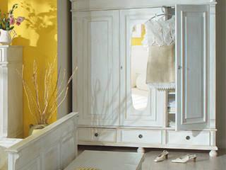 Kleiderschrank im Landhausstil:  Flur, Diele & Treppenhaus von Massiv aus Holz