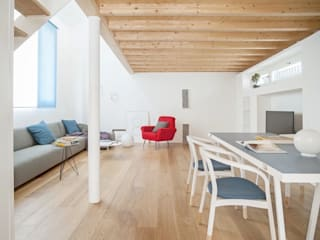 Salas modernas de MIROarchitetti Moderno Madera Acabado en madera