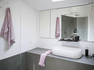 Modern bathroom by MIROarchitetti Modern