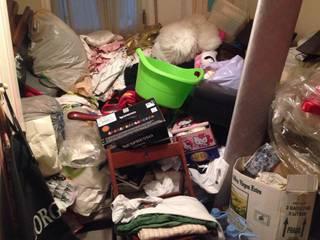 Zona de la cama bajo una montaña de trastos:  de estilo  de Ordenarte