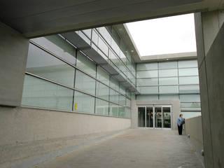 Centro de Salud 'Oeste-San Fermín'. Av. de San Fermín. Madrid. Pasillos, vestíbulos y escaleras de estilo minimalista de beades arquitectos s.a.p. Minimalista