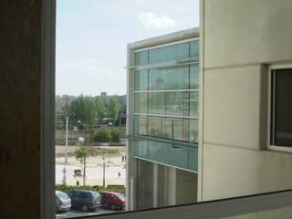 Centro de Salud 'Joaquín Rodrigo'. Madrid. Puertas y ventanas de estilo minimalista de beades arquitectos s.a.p. Minimalista