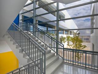 Minimalist corridor, hallway & stairs by beades arquitectos s.a.p. Minimalist