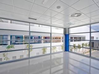 Centro de Salud 'Albacete 1'. Parcela D-2. Sector 11 del P.G.O.U. de Albacete. Pasillos, vestíbulos y escaleras de estilo minimalista de beades arquitectos s.a.p. Minimalista