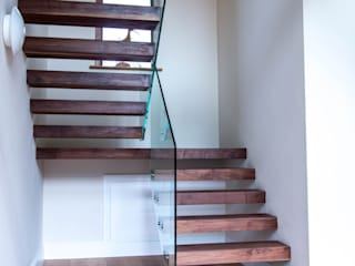 Metal construction floating treads staircase with glass balustrade to the stairs and top landing by Railing London Ltd Сучасний