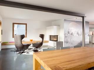 Salon de style  par Holzerarchitekten, Moderne