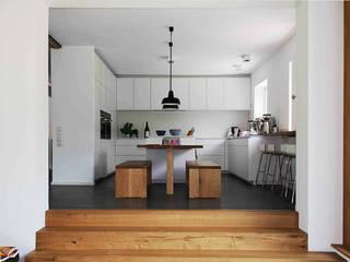 Кухни в . Автор – Holzerarchitekten, Модерн