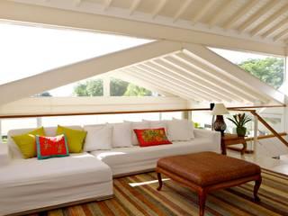 Salas multimedia tropicales de Mônica Gervásio Arquitetura & Design Tropical