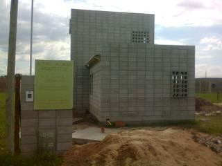 Casa de bloques 20-40 Casas modernas: Ideas, imágenes y decoración de Arq. Luciano Altube Moderno