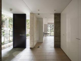 ห้องโถงทางเดินและบันไดสมัยใหม่ โดย 株式会社 小林恒建築研究所 โมเดิร์น
