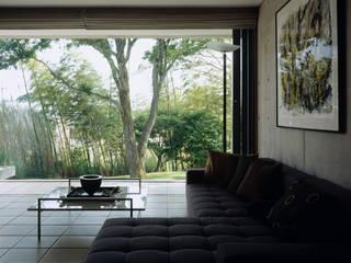 Salas multimedia de estilo  de 株式会社  小林恒建築研究所