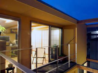 Balcones y terrazas de estilo moderno de 根來宏典建築研究所 Moderno