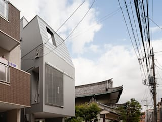 根來宏典建築研究所 Modern houses Wood Metallic/Silver