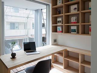 バルコニーに面したパソコンスペース: 根來宏典建築研究所が手掛けた書斎です。