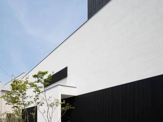 Maisons modernes par 根來宏典建築研究所 Moderne